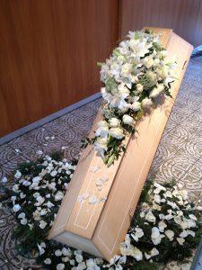 weiße Blumen Sarg Dekoration